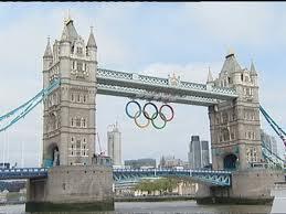 El Tower Bridge de Londres con los anillos olímpicos.